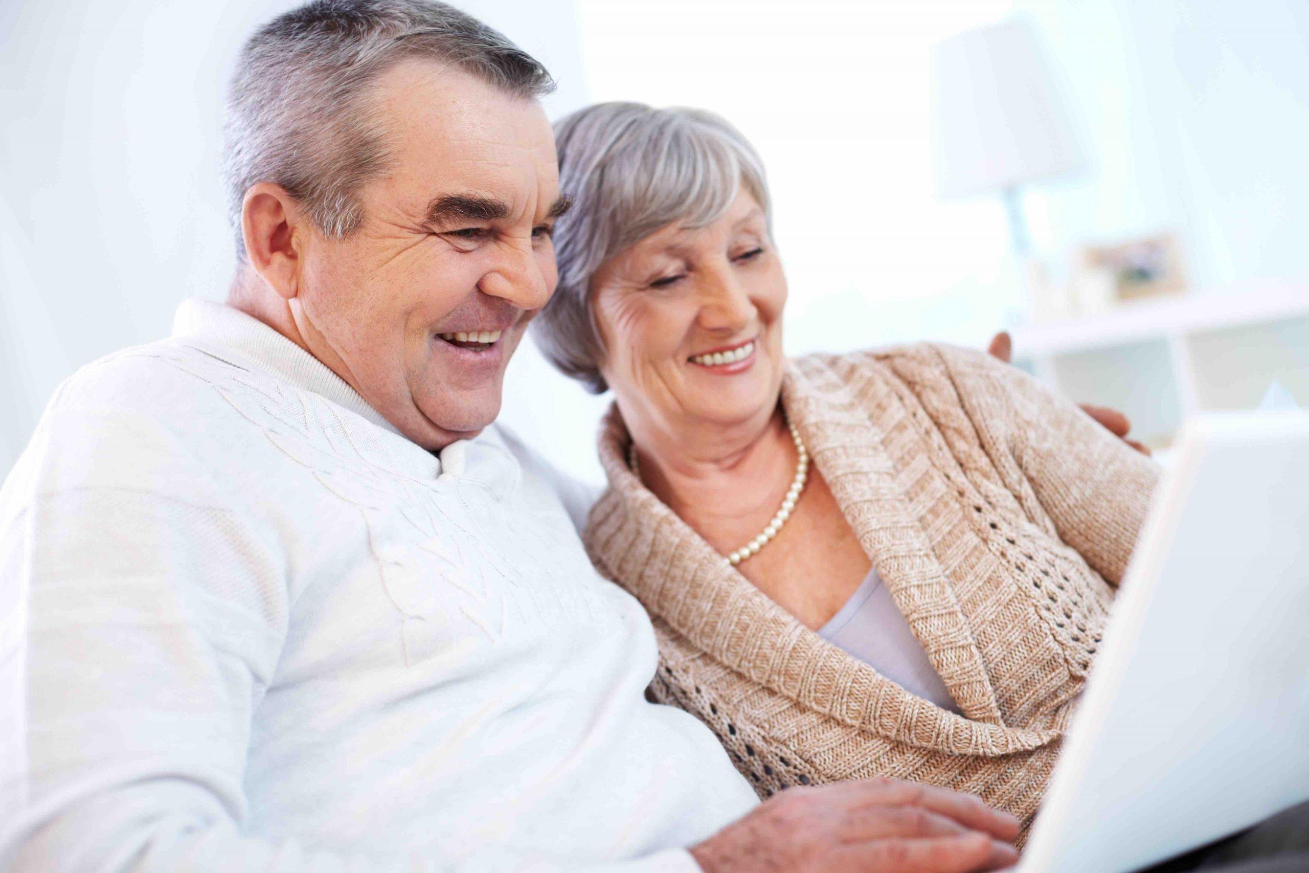 Grandparents-using-laptop-O6HRWQ0-Cap Senior 2018