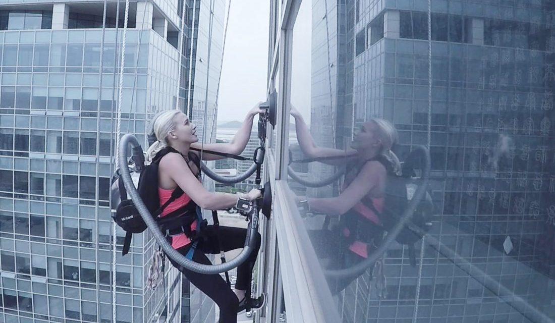 Une grimpeuse escalade un gratte-ciel de 140 mètres à l'aide d'un aspirateur
